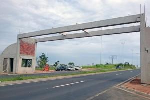 Com uma novidade em relação aos dois portais já existentes, este novo portal terá um vão livre de quase 19 metros eliminando construção entre as faixas de rolamento.