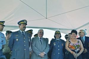 Prefeito Tuíze ladeado pelo coronel da PM do Estado de SP, Cesar Augusto Franco Morelli e pela nova comandante do Batalhão, tenente coronel Geórgia Abilio Públio Mendes.