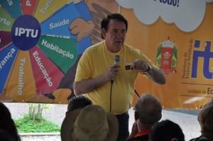 O secretário da pasta, Valfrido Miguel Carotti, explica a dinâmica da campanha IPTU em Dia Dá Prêmios;
