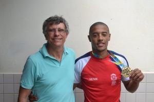 O diretor da Secretaria Municipal de Esportes, Giba e o piloto ituano, campeão do BMX, Rogério Reis.