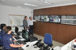 Prefeito Antonio Tuíze e secretário de Segurança, Trânsito e Transportes, coronel Marco Antonio Augusto inspecionam central de vídeo monitoramento;