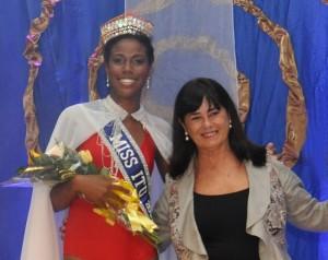 A primeira-dama e presidente do Fundo Social, Zélia Vaccari Gomes, acompanhada da Miss Itu 2014, Camila Telles, que coroará sua sucessora ao título no final do evento