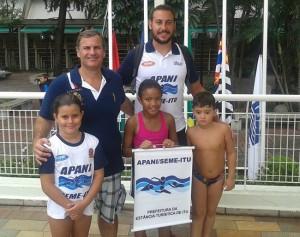 Os técnicos Marcelo Matiusso e André Scavacini, com os nadadores (da esquerda à direita) Ana Luiza, Letícia e João Victor.