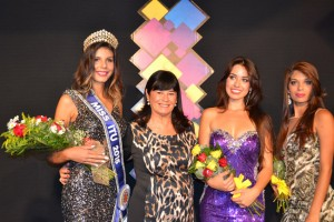 A vencedora, Bárbara Costa, posa ao lado da primeira-dama, Zélia Vaccari, e de Letícia Lima e Luana Ferreira, segunda e terceira colocadas, respectivamente