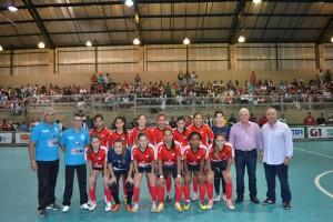 Prefeito Antonio Tuíze dá o pontapé para o início da Copa TV TEM de Futsal, ladeado pelo secretário municipal de Esportes, Carlinhos Bertagnolli e pelo gerente comercial da TV TEM, Julio Petuco.