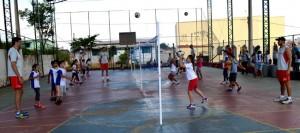 """Jogadores e alunos do núcleo """"Prof. Carolina de Moraes Macedo"""", durante aula das categorias a Mini Vôlei 2x2 e Mini Vôlei 3x3."""