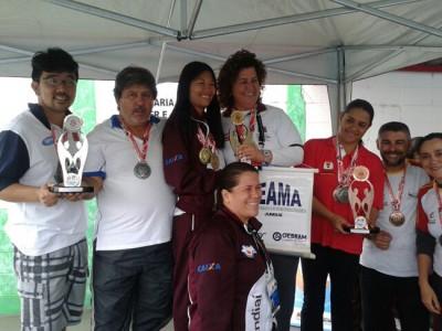 Os professores Rodrigo Fukuda e Edvaldo Bueno de Oliveira (à esquerda), recebendo o troféu referente ao segundo lugar geral, da Natação ACD.