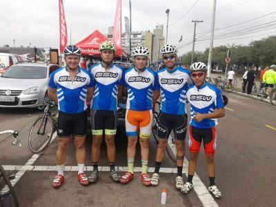 Os atletas da equipe de Ciclismo, Jefferson e Lucas, representantes de Itu na cerimônia de abertura dos Jogos Regionais.