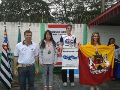 A atleta Marcella Nicolau (ao centro), medalha de ouro nos 50m Borboleta, contribuiu para o quarto lugar na classificação geral da Natação Feminina de Itu.