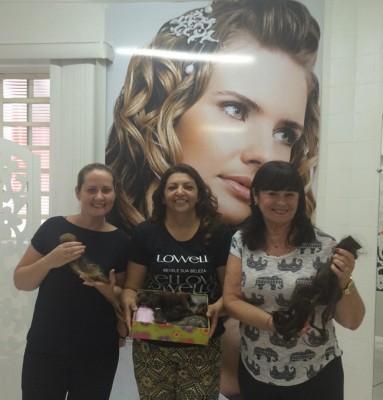Legenda: Da esquerda para a direita, a coordenadora do Centro de Referência da Mulher, Carolina Tegão, a cabeleireira Sônia e a primeira-dama de Itu