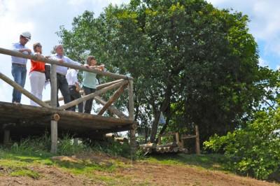Prefeito Tuíze e secretária de Meio Ambiente Patrícia Otero observam a obra do local do ponto de vista do mirante