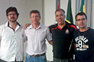 Os dirigentes de Itu, Gilberto Rodrigues (Giba) e José Carlos Prévide, em reunião com os coordenadores estaduais dos Jogos Abertos, durante o congresso técnico do último sábado.