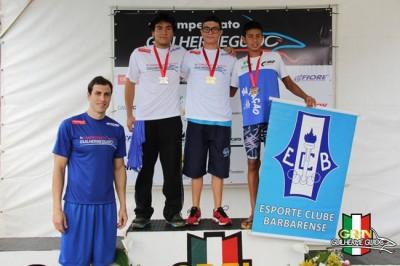 Gustavo Borges (ao centro), medalha de ouro nos 50m Livre e Borboleta, da categoria Infantil II;