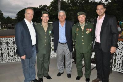 Prefeito Antonio Tuíze, acompanhado do novo comandante do Regimento Deodoro, tenente coronel Erb Lyra Leal (segundo à esquerda), do general de brigada Ricardo Canhaci (quarto à esquerda) e dos secretários municipais, coronel Marco Antonio Augusto (primeiro à esquerda) e José Angel Lobato (último à direita).