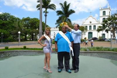 O secretário municipal de Turismo, Lazer e Eventos, Ricardo Xavier da Silveira coroando o Rei Momo, Luis Fabiano e a Rainha do Carnaval, Célia Regina.