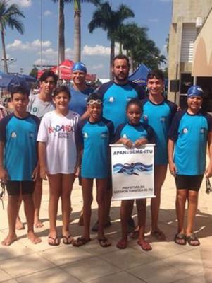 Equipe ituana de natação que competiu em Limeira.