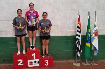 Natália Munhoz (ao centro), campeão da categoria Adulto Feminino.