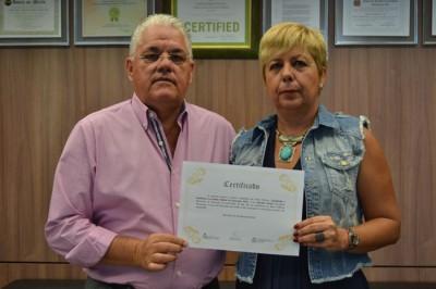 Prefeito Antonio Tuíze e secretária de Educação, Marilda Cortijo, com o prêmio recebido.