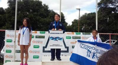 Ana Luíza Claro (ao centro), medalha de ouro nos 50m Livre.