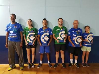 """O técnico Evaldo Moraes (primeiro à esquerda), junto aos atletas de Itu e Salto, premiados com o troféu """"Melhores do Ano"""" de 2016."""