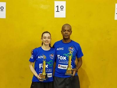 Natália Munhoz e Evaldo Moraes com os troféus de campeões da categoria Mista.