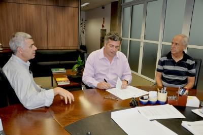 Alfredo Barbosa (Instituto Lambari) reunido com o prefeito Guilherme Gazzola e o secretário de Cultura, Geraldo Gonçalves Junior