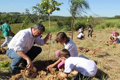 Prefeito Guilherme Gazzola durante o plantio no Dia Mundial da Água