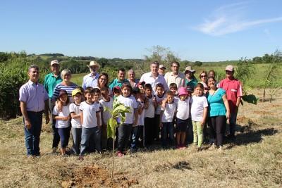 Autoridades, servidores municipais, educadores e alunos participam de projeto ambiental