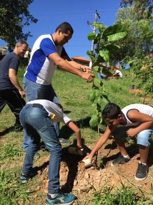 Como parte da comemoração do Dia Mundial da Água também foi realizado, na data de hoje, o plantio de mata ciliar e restauração da nascente, no Parque Ecológico Chico Mendes, na região do Pirapitingui.
