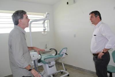 Manoel Guardia e o prefeito Guilherme Gazzola vistoriam as instalações dos consultórios odontológicos