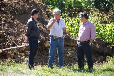 O secretário de Obras, Eduardo Alves, e o engenheiro Hélder Castro acompanharam o prefeito durante a vistoria