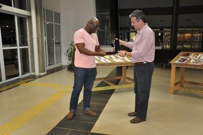 Beto Nascimento, vencedor da categoria Regional, recebe o prêmio das mãos do prefeito Guilherme Gazzola