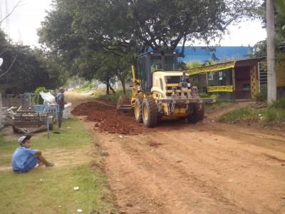 Máquina da Prefeitura realizando o cascalhamento da Rua Paina do Campo, Chácaras Reunidas Ipê