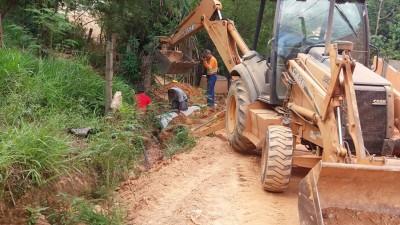 Aplicação de tubos para evitar as erosões causadas pelas chuvas