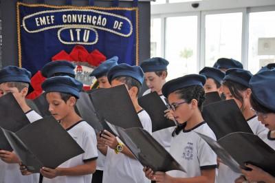 """Alunos da escola """"Convenção de Itu"""" cantaram o hino da instituição"""