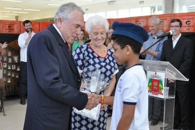 Os proprietários da indústria de refrigerantes Convenção, Geraldo e Teresa Guitti, foram homenageados pelas crianças