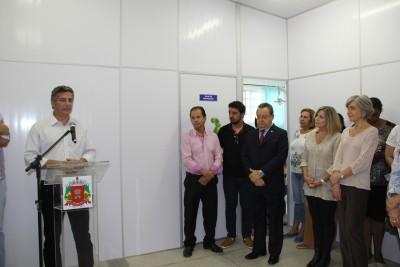 Autoridades, servidores municipais e familiares do homenageado participaram da cerimônia de reinauguração
